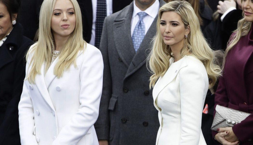 mujeres trump investidura presidente looks color blanco