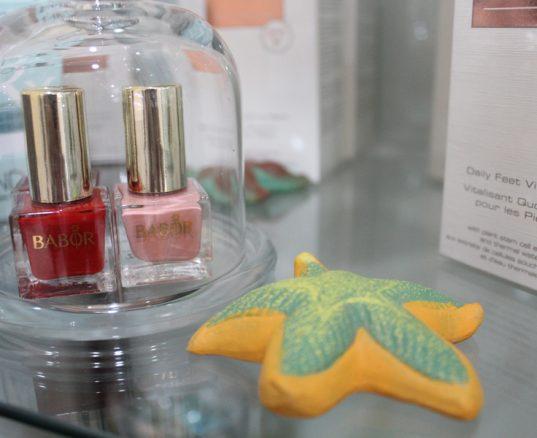 Embellece tus uñas con esmaltes de precisión cosmética