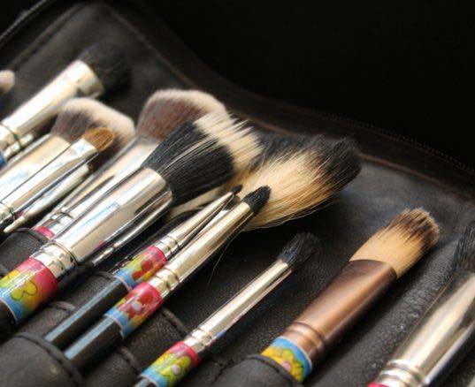 ¿Cómo limpiar las brochas, pinceles y esponjas de maquillaje?