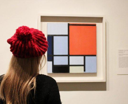 ¿Por qué el estilo Mondrian es constantemente reinventado en Moda?