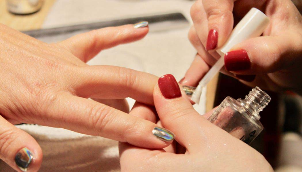 Sinergia perfecta manicura rusa y uñas de espejo