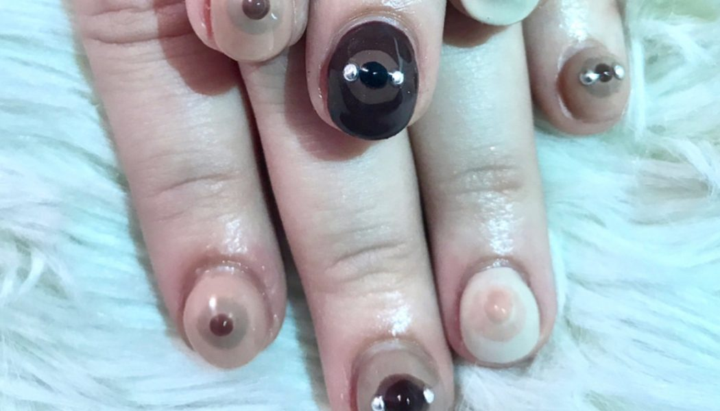 Pechos con piercings nails arts