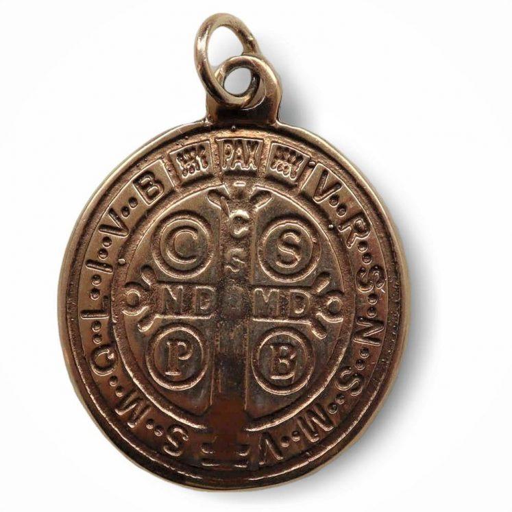 Medalla de San Benito fabricada en plata de Ley con baño en dorado.
